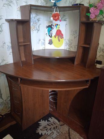 Компьютерный стол,стол для школьника
