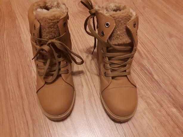 Buty zimowe. Tapety młodzieżowe.