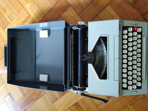 Máquina de escrever antiga em bom estado