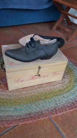 Sapatos diferentes/cinzento azulado