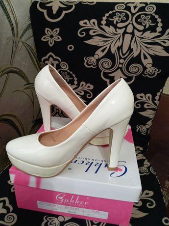 Продам туфлі жіночі .