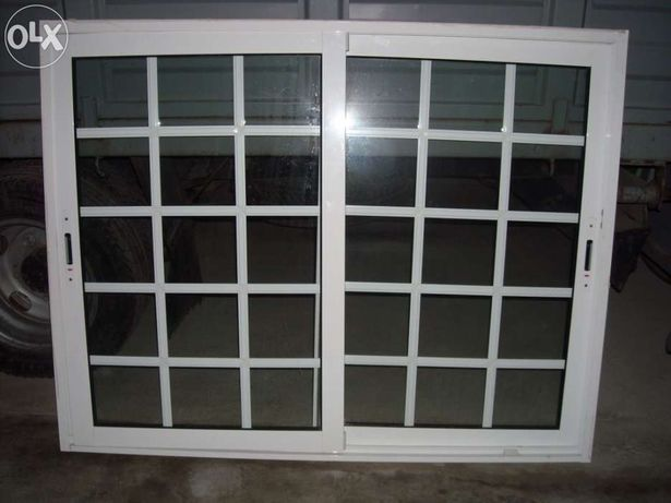 2 Janelas praticamente novas, lacadas a branco e com vidro duplo
