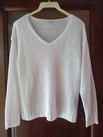 2 sweterki z dekoltem w serek, czarny i biały.