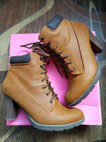 Крутые ботинки на каблуке