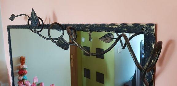 Lustro kute w metalowej ramie