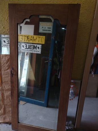 Lustro w drzwiach od zabytkowej szafy