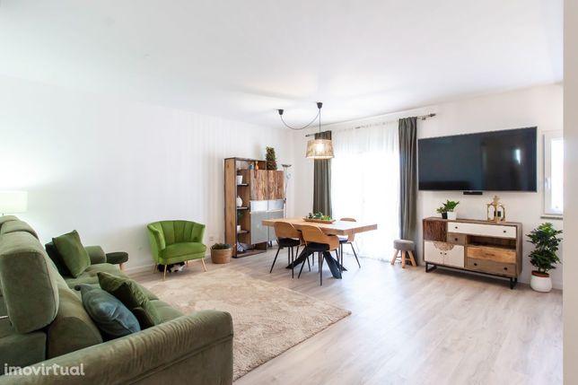 Apartamento em prédio de dois andares em zona de moradias,na Qt Asseca
