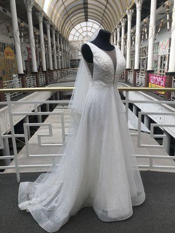 Свадебное платье со шлейфом . Не пышное . Размер 42