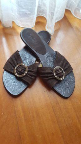 Sandália tipo chinelo, em pele de camurça castanha e cristais