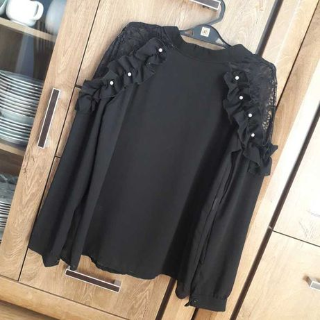 czarna koszula z długim rękawem ozdobne rękawy koronka falbany perełki