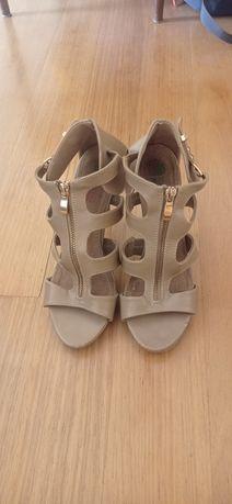 Sapatos beges de tacão