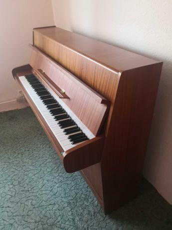 Sprzedam Pianino Calisia, kolor brązowy, drewno płyta metalowa.