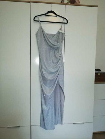 Srebrna sukienka ślubna z błyszczącego materiału