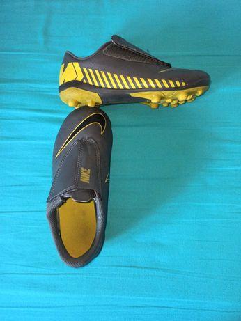 Chuteiras futebol cinzentas/amarelas 30