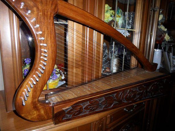 Piękna duża harfa ozdoba/instrument Zdobiona drewno Uszkodzona