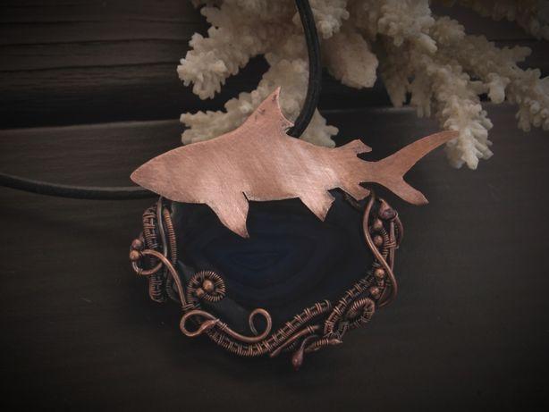 Wisiorek; rekin; miedź; wire wrapping; niebieski agat