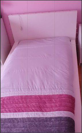 cama, secretaria e comoda branca