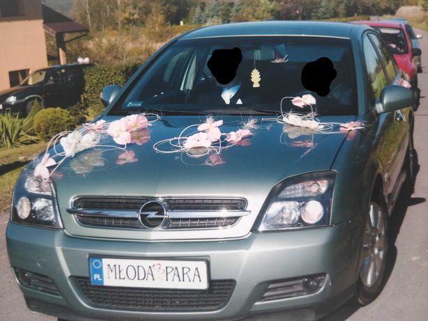 Dekoracja ślubna samochodu, storczyki biało różowe