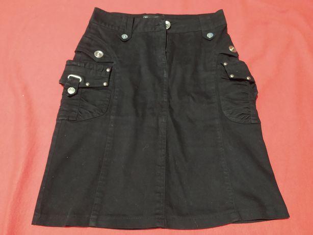 Черная юбка с 2 боковыми карманами.