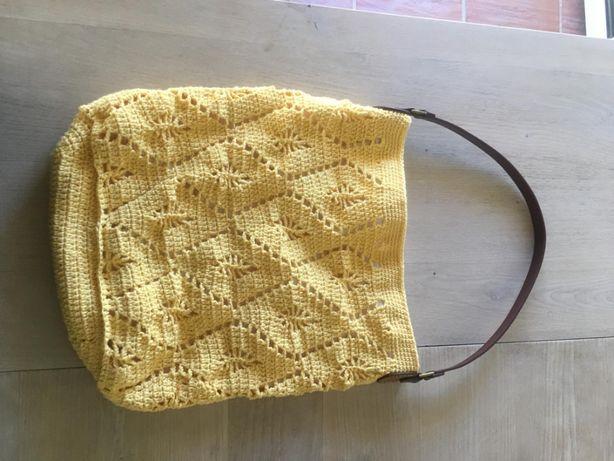 Mala em crochet feita à mão