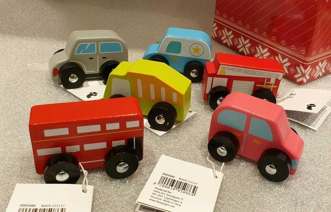 Zestaw 6 samochodzików drewnianych zapakowanych w świątecznym pudełku