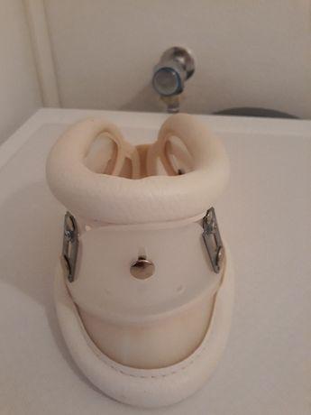 Colar Cervical- Regulável através de Velcros. E forrado nos bordos