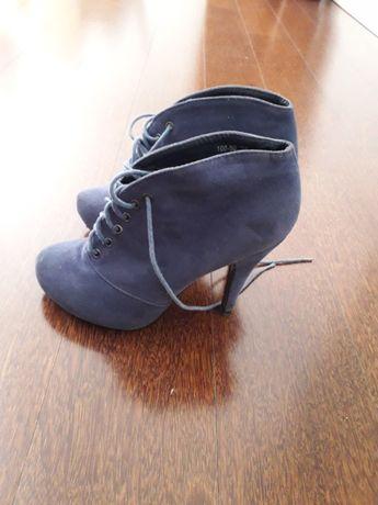 Vendo botins azuis novos.