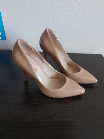 Жіноче взуття та одяг