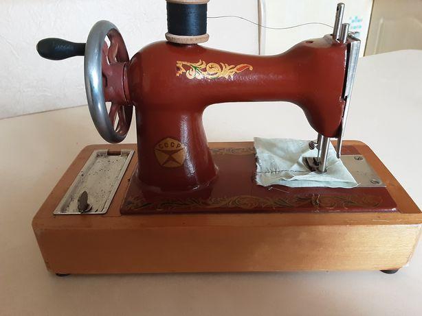 Детская швейная машинка.Шьет.