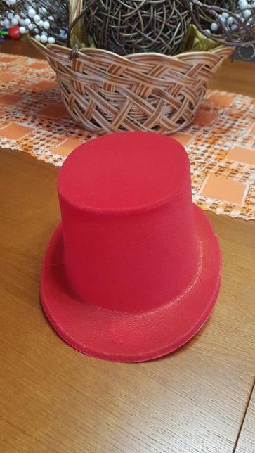 Chapéu vermelho alto de plástico