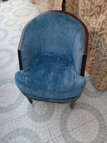Cadeirao azul turquesa e mesa de centro redonda em mogno