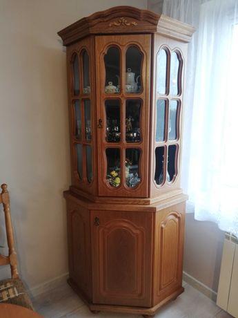 komody i witryna , stół z krzesłami