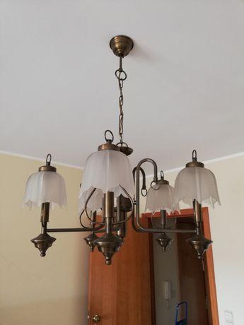 Candeeiros de tecto e mesa de cabeceira