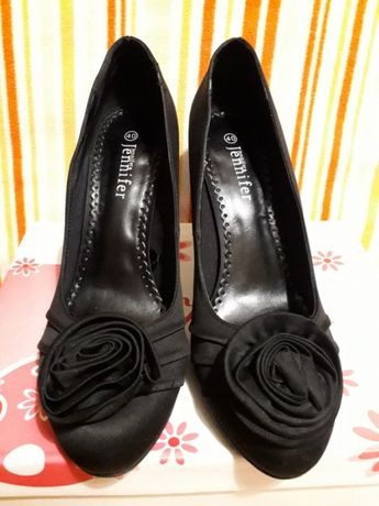 Buty czarne z kwiatkiem