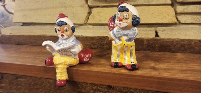 керамические фигурки клоунов с сердцами в руках