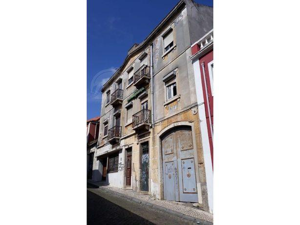 Terreno com prédio, ruínas, armazém e logradouro interno ...
