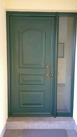 Janelas oscilo-batente, portas e claraboia em alumínio