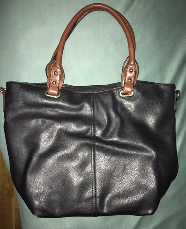 Czarna torba z brązowymi rączkami, mieści A4