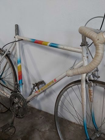 Bicicleta antiga para restauro