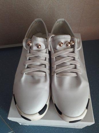Кросівки білі.