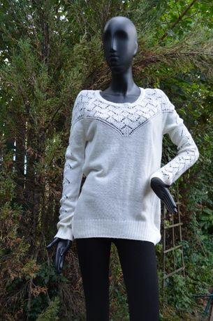 Красивый мягкий стильный свитер с необычной спинкой