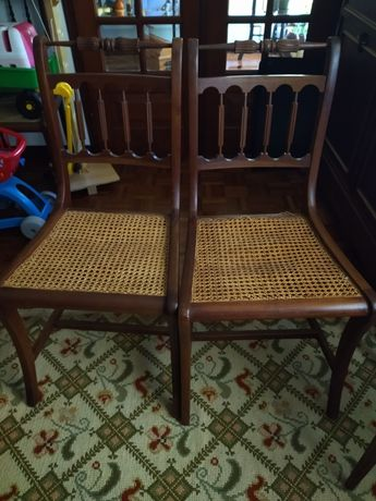 cadeiras com o fundo em palhinha