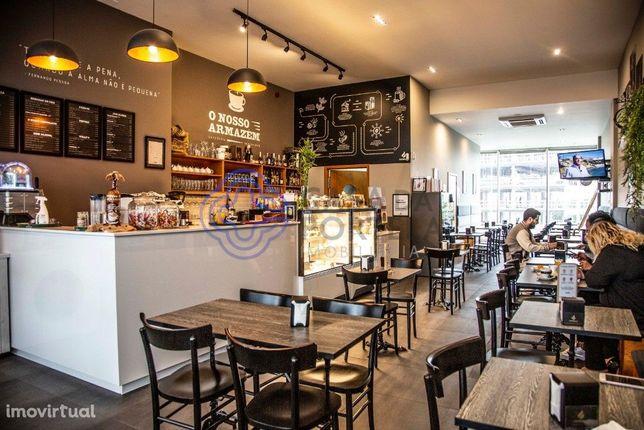 Café, snack bar, para trespasse em frente ao Hospital São João e ao Pó