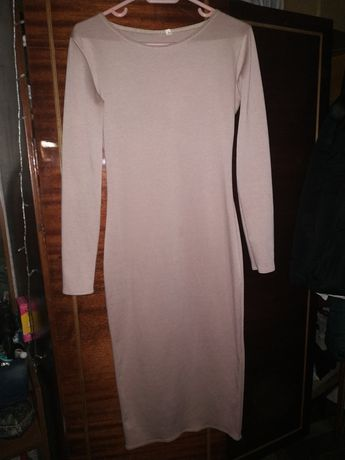 Красиво бежевое платье