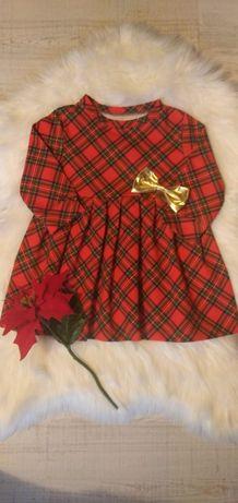 Świąteczna sukienka w czerwoną kratę.