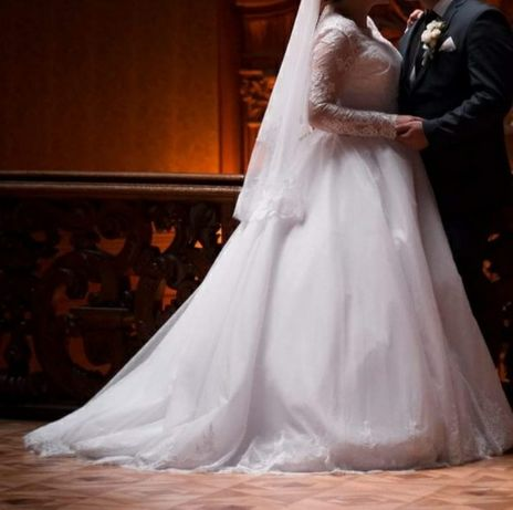 Весільна сукня. В подарунок до неї кринолін і туфлі якщо підійде розмі
