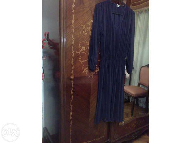 Vestido Preto em malhinha plissada decote em bico ingles