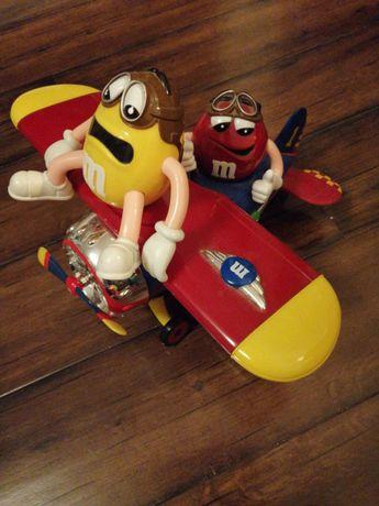 Samolot - pojemnik na cukierki M&M's.