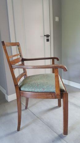 Stare krzesło antyk z podłokietnikami tapicerowane po renowacji