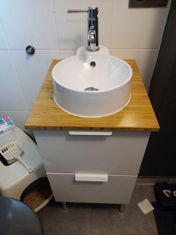 Szafka łazienkowa z umywalką okrągłą i kranem